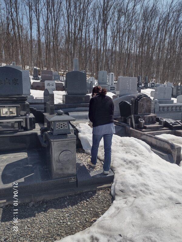 お墓の残雪